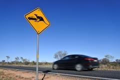 Guardi da del canguro che segnale nell'entroterra centrale dell'Australia fotografia stock