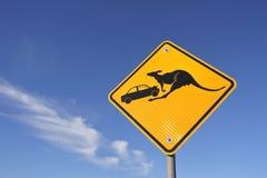 Guardi da del segnale stradale del canguro contro cielo blu in Australia centrale immagini stock