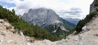 Guardi dal passo di montagna di Vratica con la sommità della montagna di Prisojnik nel parco nazionale di Triglav in Julian Alps Fotografie Stock Libere da Diritti