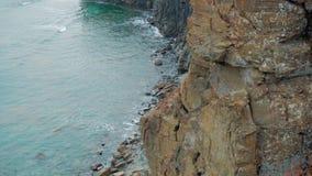 Guardi dall'alta roccia, sopra il mare video d archivio