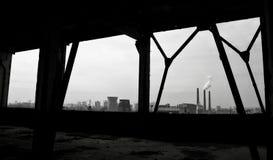 Guardi dall'officina abbandonata della fabbrica sui fumaioli di fumo Fotografie Stock Libere da Diritti