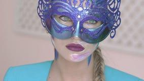 Guardi della ragazza misteriosa nella maschera veneziana con trucco di arte dell'inverno stock footage
