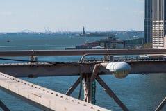 Guardi il ponte di Brooklyn di NY sulla statua della libertà fotografia stock libera da diritti