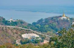 Guardi l'ampio fiume di Ayeyarwady dalla collina di Sagaing fotografia stock
