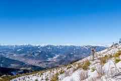 Guardi la vista della torre sopra le montagne Goesseck, Reichenstei di Bruck della città Immagine Stock Libera da Diritti