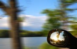 Guardi nell'automobile dello specchio Fotografie Stock Libere da Diritti