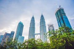 Guardi sotto alle torri di Petronas a Kuala Lumpur, Malesia fotografie stock
