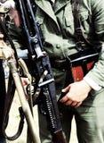 Guardia armado revolucionario del ejército con un arma grande Foto de archivo libre de regalías