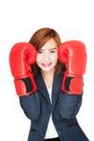Guardia asiático de la empresaria con el guante de boxeo Fotos de archivo