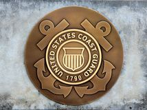 Guardia costiera Coin degli Stati Uniti in una lastra di cemento armato immagini stock