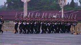Guardia de bandera nacional del honor en Plaza de Tiananmen en el anochecer HD