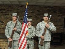 Guardia de honor de la fuerza aérea con los rifles y la bandera Foto de archivo
