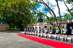 Guardia de honor presidencial de Portugal, soldados con las cuchillas del metal, defensa armada