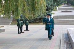 Guardia de honor de Pyatigorsk en la llama eterna conmemorativa Rusia Fotos de archivo