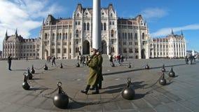 Guardia de honor que marcha alrededor de la bandera húngara alzada cerca del género del parlamento, Budapest almacen de metraje de vídeo