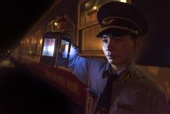 Guardia de la estación que se considera ligero para comprobar el boleto de pasajeros antes de que inscriban el tren en Vietnam Fotos de archivo libres de regalías