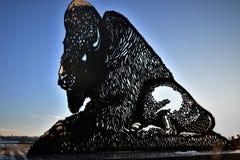 Guardia de la situación del búfalo del metal contra el cielo Fotos de archivo