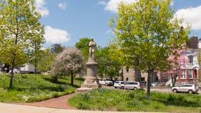Guardia de la situaci?n del monumento de guerra civil de South Norwalk sobre la ciudad foto de archivo libre de regalías