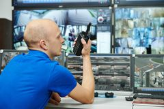 Guardia de la vigilancia del vídeo de la seguridad Imagen de archivo libre de regalías