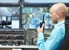 Guardia de la vigilancia del vídeo de la seguridad Fotos de archivo libres de regalías
