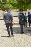 Guardia de seguridad armado secureing el perímetro del concurso en la entrada al museo de Yad Vashem en Jerusalén Israel como imágenes de archivo libres de regalías