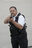 Guardia de seguridad In Bulletproof Vest que sostiene el arma Imágenes de archivo libres de regalías