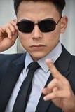 Guardia de seguridad del Latino Pointing Wearing Sunglasses imagen de archivo