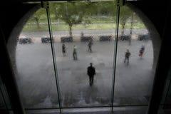 Guardia de seguridad delante del edificio Foto de archivo libre de regalías