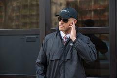 Guardia de seguridad In Front Of The Door Entrance Foto de archivo