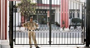 Guardia de seguridad indio en ropa de color caqui Fotos de archivo