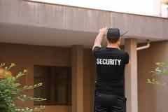 Guardia de seguridad masculino con la radio portátil, fotografía de archivo libre de regalías