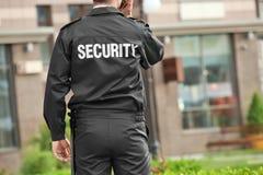 Guardia de seguridad masculino con la radio portátil, fotos de archivo