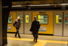 Guardia de seguridad y pasajero, estación de tren, Nápoles, Italia Fotografía de archivo libre de regalías