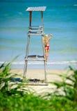 Guardia de vida femenino en la torre de la playa Fotos de archivo libres de regalías