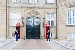 Guardia de vida real danés fijado en el palacio de Amalienborg en Copenhag Imagen de archivo libre de regalías