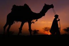 Guardia del camello en Puskhar, la India Foto de archivo libre de regalías