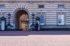 Guardia del centinela de servicio en el Buckingham Palace en Londres, Inglaterra imagen de archivo