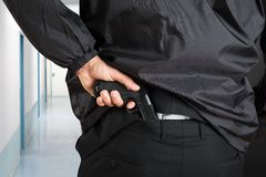Guardia del corpo Removing Handgun immagine stock libera da diritti