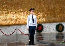 Guardia del soldato in Corridoio di gloria militare Mamayev complesso commemorativo Kurgan a Volgograd Fotografia Stock