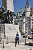Guardia delante del monumento de guerra nacional en Ottawa imágenes de archivo libres de regalías