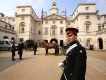 Guardia di cavallo davanti alla guardia di cavallo Building a Londra Immagini Stock Libere da Diritti