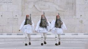 Guardia di Evzones di tre onori davanti alla tomba del soldato sconosciuto stock footage