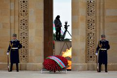 Guardia di onore al monumento a Bacu, Azerbaigian, sull'anniversario delle uccisioni civili Fotografie Stock