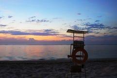 Guardia di vita Stand e tramonto fotografia stock