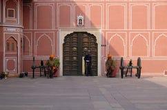 Guardia e cannoni nel palazzo della città di Jaipur Fotografia Stock Libera da Diritti