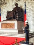 Guardia en Chiang Kai-Shek Memorial Hall en Taipei imagenes de archivo