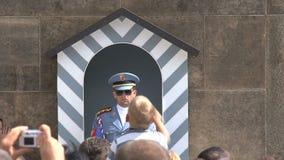 Guardia en el castillo de Praga, Praga almacen de metraje de vídeo