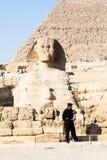 Guardia en la esfinge en Giza Foto de archivo libre de regalías