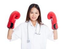 Guardia femenino asiático joven del doctor con el guante de boxeo Fotografía de archivo
