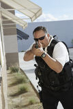 Guardia giurata Aiming With Gun Fotografie Stock Libere da Diritti